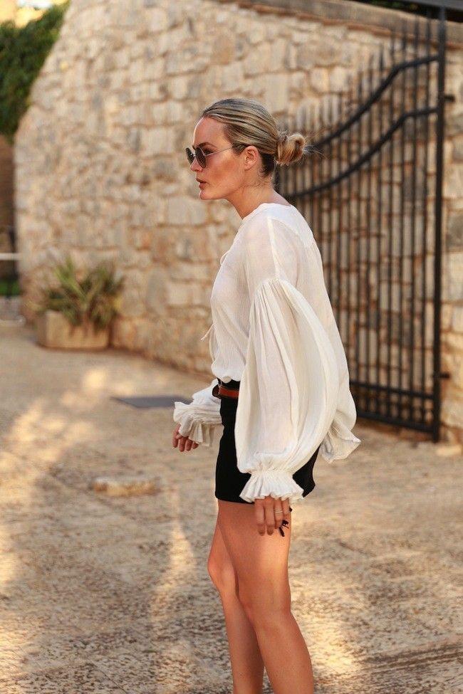 Las blusas vaporosas blancas son las mejores prendas para alargar el espíritu veraniego. Tendencias de moda Primavera-Verano 2015. Moda en la...