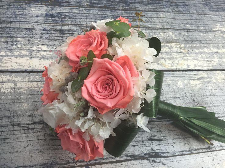 Ramo de rosas eternas, liofilizadas o preservadas.