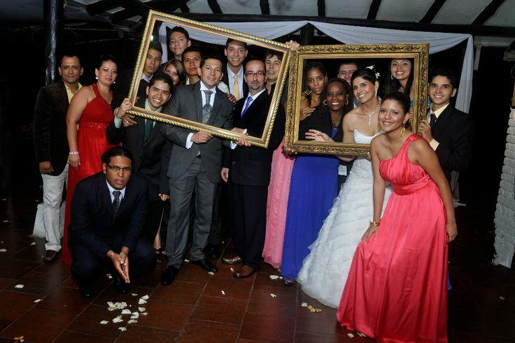 Utilizar marcos para cuadros para resaltar las fotografías de la boda. #FotografoBodasCali  #FotografiaBodasCali #FotografoMatrimoniosCali