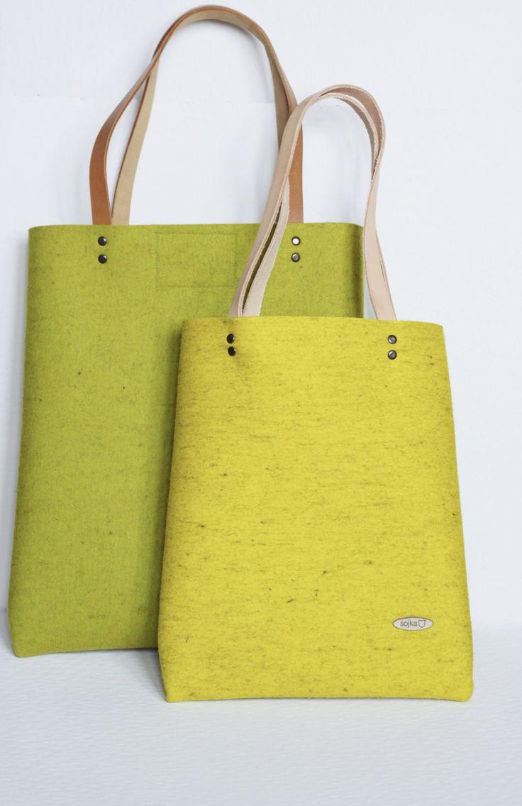 Velká taška z přírodní plsti s magnetem Velká taška z přírodní plsti v zelené či citronově žluté barvě, přírodní kožená ucha a uvnitř kapsička. Zapínání na magnet. Rozměry: cca 38 x 32 cm. Na požádání vyrobíme i ve větší velikosti (viz. ta zelená na obrázku) s příplatkem 200,-Kč. Při objednávce prosím upřesněte barvu.