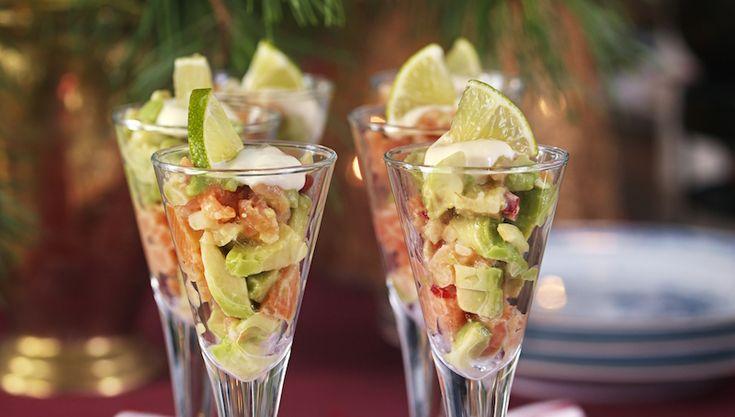 Snabbfixat och supergott! Servera laxen med avokado och lime i snapsglas.
