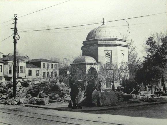 Beşiktaş'da Sinan Paşa Camii karşısında yer alan Barbaros Hayrettin Paşa Türbesi,1541-1542′de Mimar Sinan tarafından inşaa edilmiştir.