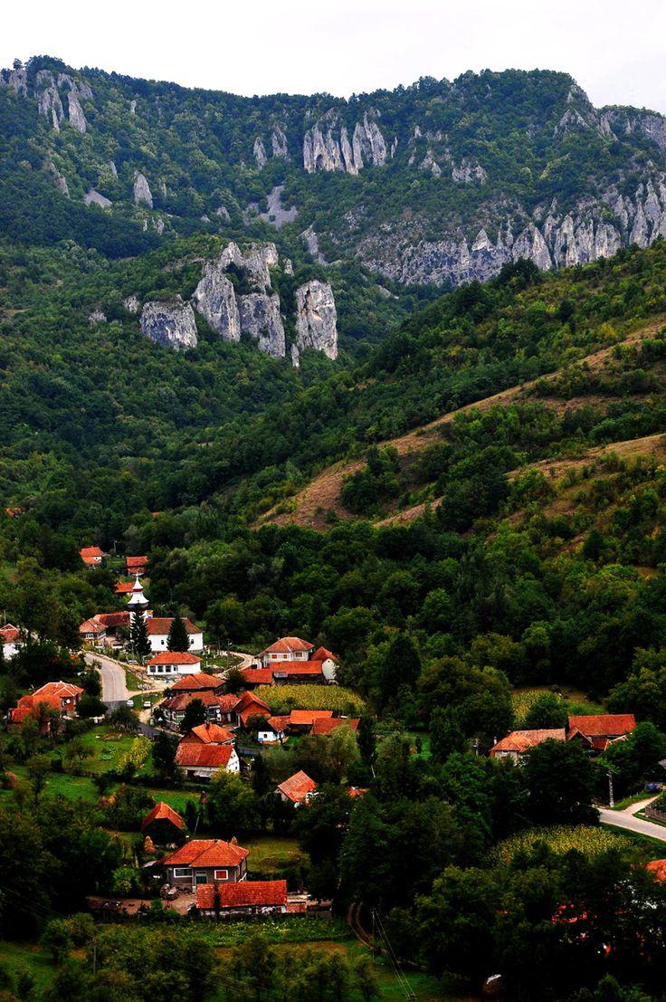 Ardeu, unul dintre sutele de sate transilvane aşezate între dealuri, aproape de munte şi înconjurate de păduri