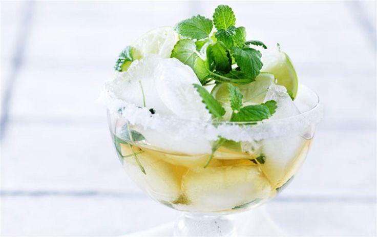 Cocktail med hyldeblomst og lime