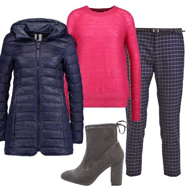 Siete stanche di indossare sempre i soliti colori? Provate a ravvivare i vostri look con il fucsia. Il pantalone a quadri e il piumino blu, infati, stanno benissimo con questo pullover fucisa.