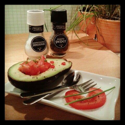 Voorgerecht: avocado, tomaat, bieslook