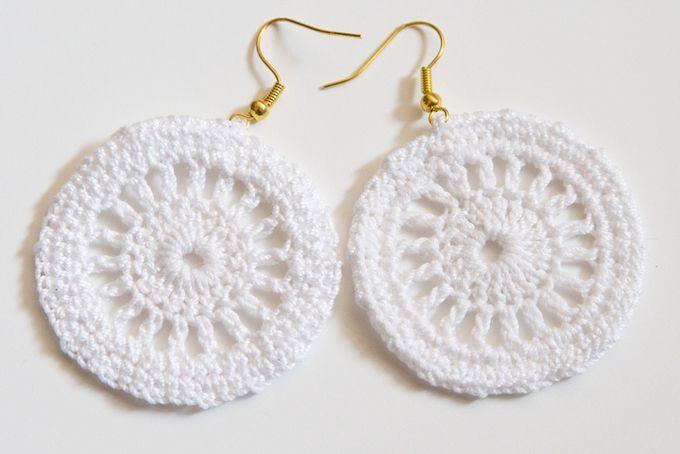 Summer white crochet earrings by HankiDori