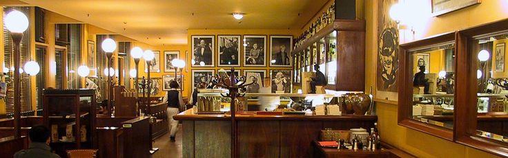 """Sempre il Café Einstein di Berlino, interno. Questa volta l'immagine è stata fondamentale per capire cosa intendesse per """"dark wood paneling"""" (perché avevo pensato inizialmente che parlasse di tutte le pareti) e cosa intendesse per """"décor... all pale custard"""" (perché décor può essere anche l'arredo, ma è chiaro che qui si parla solo delle pareti)"""