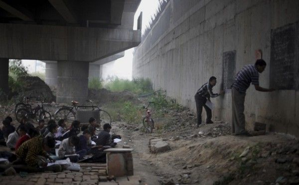 When Indian teachers improvise table on walls to teach homeless children lessons under a bridge