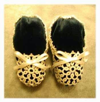 Il chiacchierino e tombolo di Irene: le scarpette realizzate a chiacchierino