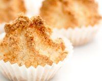 Rochers coco    5/5  (150 avis)  -        250 g de noix de coco râpée      200 g de sucre semoule      3 blancs d'oeufs    - *** (temps de cuisson 20 min)