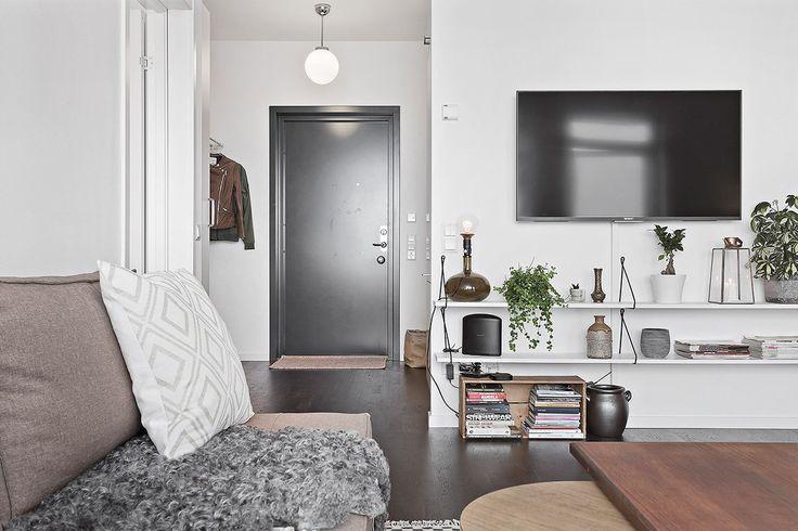 Varmt välkomna till denna nyproducerade lägenhet högst upp i huset på bästa läge i Liljeholmen! Här bor du helt utan insyn med stor balkong med möjlighet till flera sittgrupper och grillmöjligheter. En lägenhet i toppskick! Välskött förening med poolområde. En minut från Liljeholmens alla faciliteter - kommunikationer med t-bana, tvärbana och flygbuss...