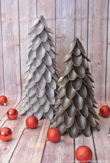 Ahora que se acerca la Navidad os proponemos que hagáis vuestro propio árbol navideño con cucharas de plástico.