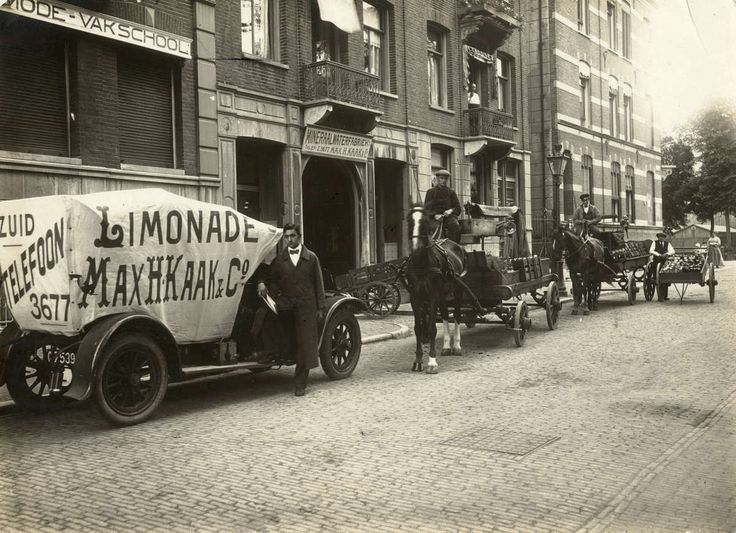 Frisdranken. Mineraalwaterfabriek Max H. Kraak & Co. Jac. van Lennepkade 4 in Amsterdam. Het bedrijf wordt in 1913 opgericht en heeft in 1917 600 werknemers in dienst. Foto uit 1917: vrachtwagen, paard en wagens en handkarren voor het vervoer van het mineraalwater. Links de gevel van de Amsterdamse Mode-vakschool