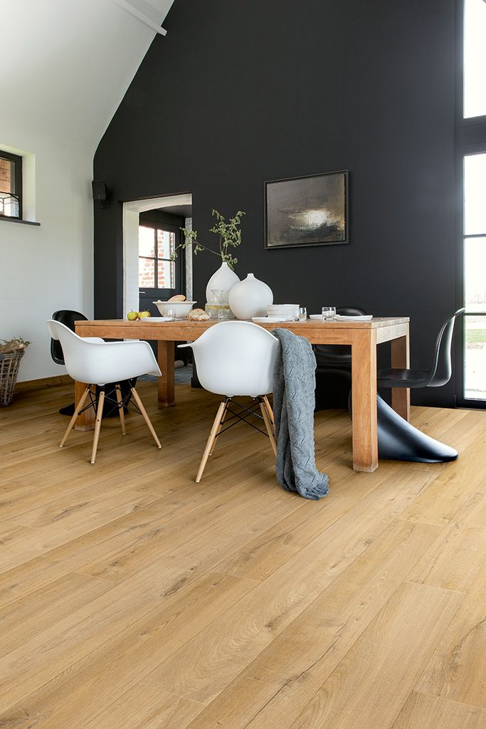 Quick-Step Laminate Flooring - Impressive 'Soft oak natural' (IM1855) in a modern dining room. To find more dining room inspiration, visit our website: https://www.quick-step.co.uk/en-gb/room-types/choose-the-perfect-dining-room-flooring #salleamanger #eetkamer