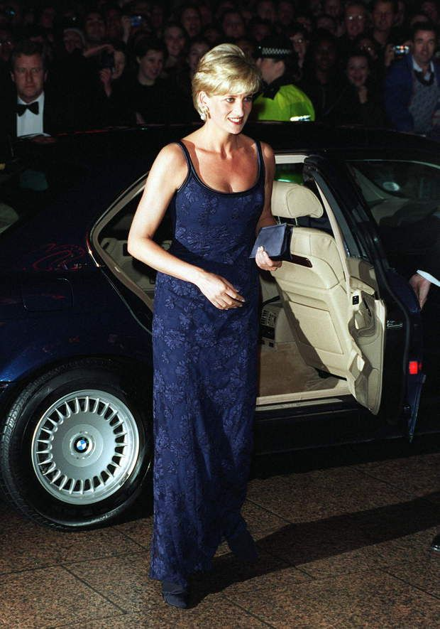 En 1997, Lady Di ose la dentelle pour l'avant-première de Le Temps d'aimerLONDON, UNITED KINGDOM - FEBRUARY 12: Diana, Princess Of Wales, Alighting Her Car On Arriving At The Premiere Of The Film 'in Love And War' At The Empire In Leicester Square In Aid Of The British Red Cross Anti-personnel Mines Campaign. The Princess Is Wearing A Tight-fitting Blue Lace Dress Designed By Catherine Walker. (Photo by Tim Graham/Getty Images)