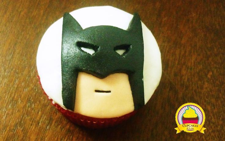 Cupcakes de vainilla decorado con fondant de masmelo. Motivo: Batman. by cupcakes de la casa