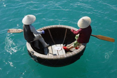coracle form: Beads Baskets, Stunning Photography, Baskets Bowls, Bamboo Baskets, Patrick'S Del, Baskets Boats Vietnam, Boats Water, Round Baskets, Neat Boats