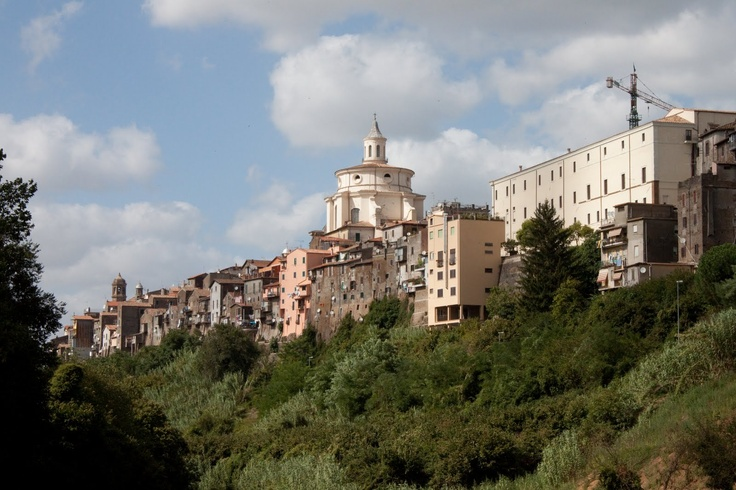 The city of Zagarolo , located at 36 km from Rome , is situated on a hill about two kilometers long tuff , is flanked by two valleys and surrounded by woods that make it seem immersed in a sea of green landscaping and its appearance is of rare beauty . The old town is of medieval origin and its planning, which dates back to the sixteenth century, is a regularity that is not easily reflected in the towns of the time.