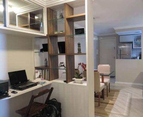 Home office integrado de um apartamento de 45 m², em Curitiba, projetado por Daarna Studio.