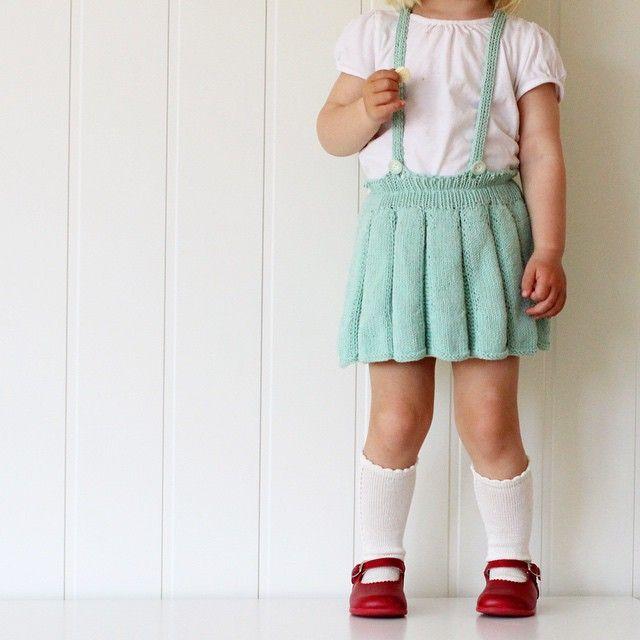 Knits and knee highs ❤️.// Vi måtte nesten ta bilde av hele Petras antrekk i dag, til ære for deg @morsinehjerter ❤️ Fint i mint, hæ? Skjørt: Hannahs foldeskjørt fra #strikktilmammaogmini Perlestrømper: #ministrikk Sko: La Coqueta