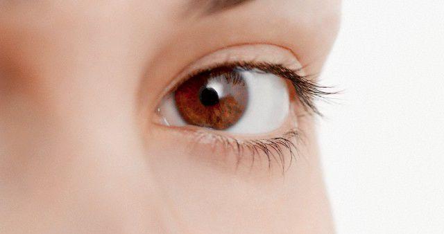 ¿Tengo el síndrome del #ojoseco? Es una alteración que se produce en la superficie de la córnea y la conjuntiva por falta de lágrima o porque ésta es de mala calidad, nuestro ojo debe estar constantemente bañado por lágrimas para que su función no se vea perjudicada.
