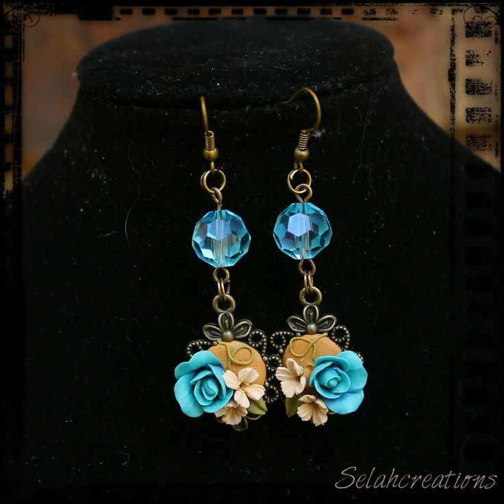 Hanging earrings in goldbrown, cream, blue and copper.