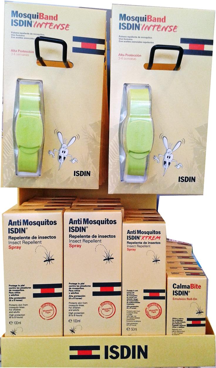 Ríete de los mosquitos con el repelente de insectos de isdin