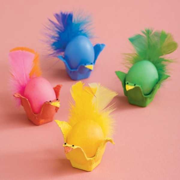 Uova di pasqua decorate e colorate