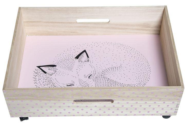 Bloomingville Sänglåda Räv, Rosa är en praktisk förvaringslåda som passar perfekt under sängen. Sänglådan har hjul och rullar lätt tack vare en smidig design vilket gör att även små barn kan använda den. Draglådan ger gott om utrymme för leksaker, kläder och sängtextilier.<br> <br>Mått: B 76 x D 60 x H 17 cm. <br><br>Vikt: Max 14 kg.<br><br>Material: Trä. <br><br>Motiv: Räv.<br><br>Färg: Rosa.