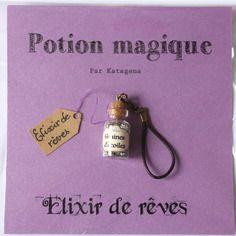 Porte-clé potion magique : elixir de rêves contenu dans une fiole en verre remplie d'étoiles vertes