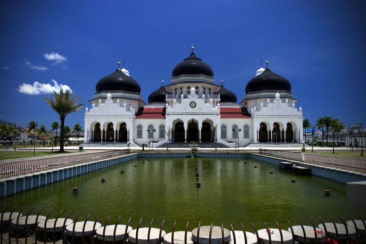 Standing majestically at the heart of Aceh, the Baiturrahman Grand Mosque is the symbol of the province's association with Islamic culture.