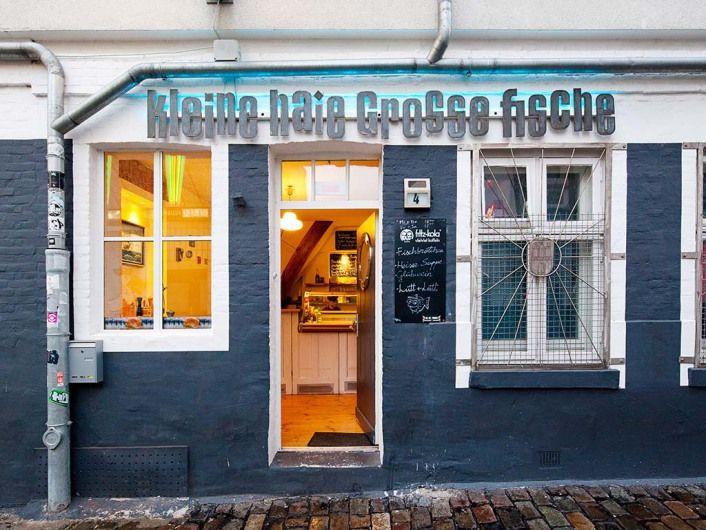 """In the mood for a real Hamburg treat? Get a delicious fish bap/bun in this authentic shop! // """"Zum Grundlage schaffen oder Kater vergraulen! Leckere Fischbrötchen, Brause, anständiger Kaffee"""" - so heißt es auf der Website des Fischimbisses """"Kleine Haie Grosse Fische"""" und wir können da nur zustimmen!"""