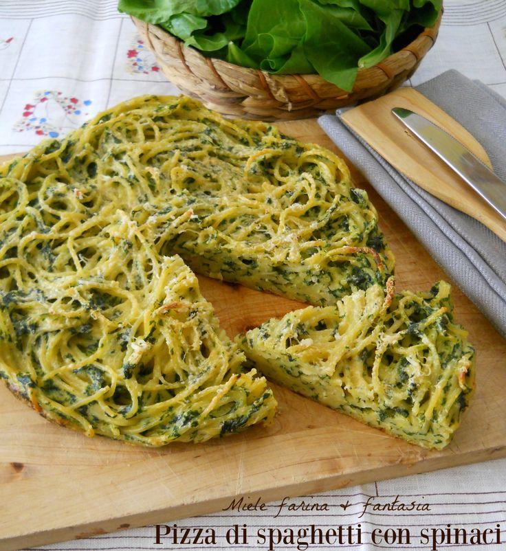 Pizza di spaghetti al forno con spinaci e ricotta. Succulento primo piatto da preparare per le scampagnate, buffet, cene in compagnia.Gustoso piatto unico