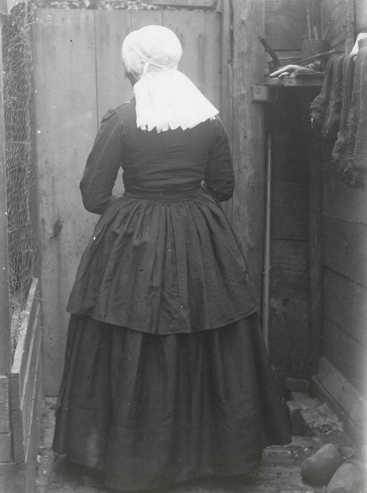 Vrouw in streekdracht uit Kampen. ca 1915 #Overijssel #Kampen #nieuwedracht