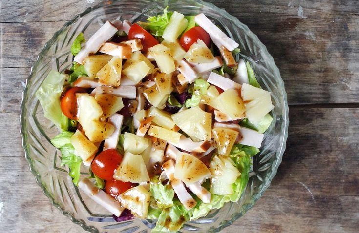 Zomerse salade met gerookte kip, ananas, tomaat en balsamico