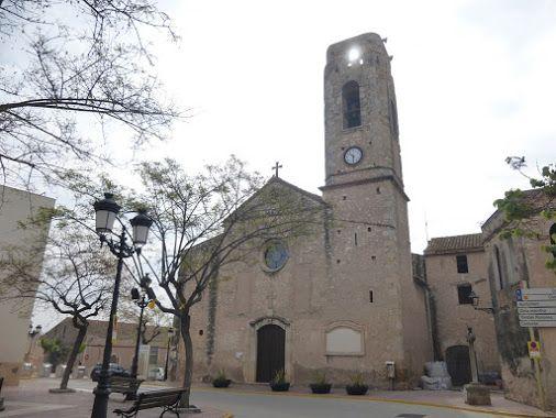 Iglesia parroquial de Sant Pere en Perafort (Tarragonès, Tarragona) Es de estilo neoclásico y consta de tres naves. Del s. XVIII. Para su construcción se aprovecharon materiales de un antiguo templo. Tiene adosado un campanario de planta cuadrada