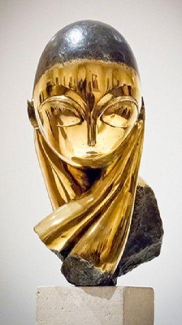 """1912-1933 - Domnisoara Pogany.Una dintre cele mai cunoscute lucrari ale genialului Brancusi este o opera trasa in bronz dupa exemplarul aflat in colectia Stork, reprezinta un simbol naţional al artei moderne romanesti. Ochii sai mari, gura abia schitata, nasul fin, sprancenele puternic arcuite..., totul ne retine atentia la acest portret de """"o vraja halucinanta""""."""