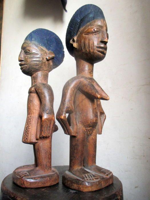 Twin paar tijdperk Ibeji - YORUBA - Nigeria  Lang beschouwd door de Yoruba als een ongeluk verscheen de geboorte van een tweeling in het midden van de negentiende eeuw als een positief teken.De tweeling werd de tekens begiftigd met bovennatuurlijke macht met slechts een enkele ziel.Dus wanneer een van hen sterft vindt de resterende zichzelf in gevaar. De familie ter voorkoming van negatieve gevolgen maakte een klein houten beeld waarin de ziel van de overledene.Geworden van de houder van de…