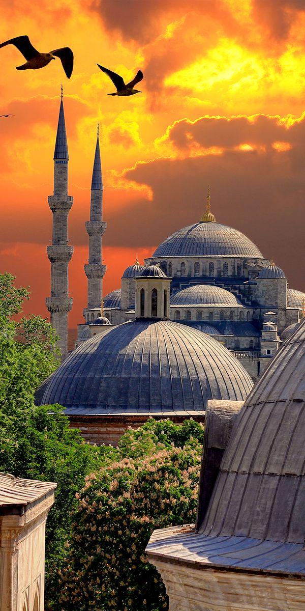 Hermosa puesta de sol tras la Mezquita Azul, ubicada en Estambul, Turquía