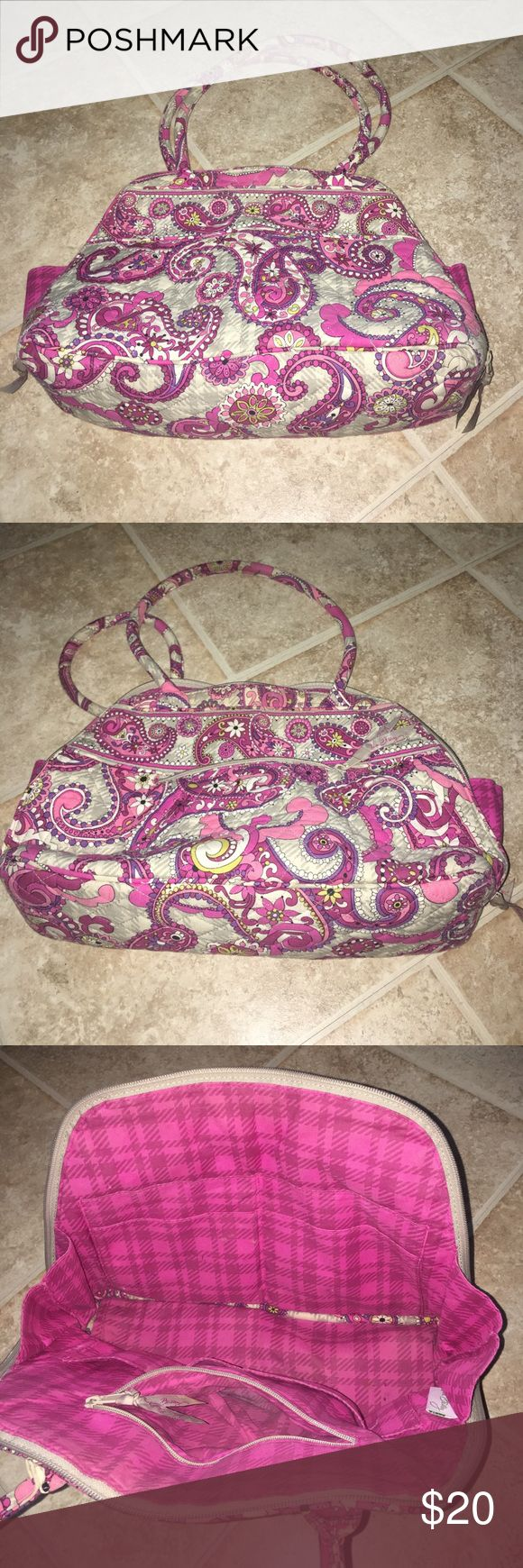 Vera Bradley Small/Medium Tote 👜 Gently used Vera Bradley tote. Contains multiple pockets on the interior and exterior. Reasonable offers accepted!!!! Vera Bradley Bags Totes