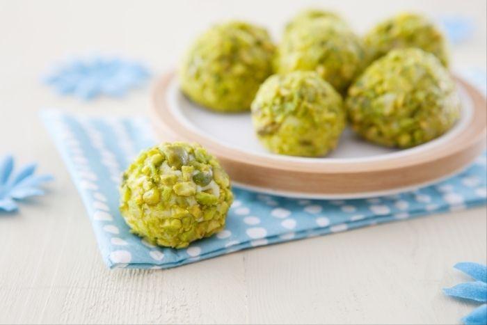 Recette de Truffes chocolat blanc, pistaches et citron vert, Des truffes au chocolat blanc rafraîchies par les zestes de citron vert. Une partie enrobée de pistaches en poudre, l'autre d'une fine couche de chocolat blanc.