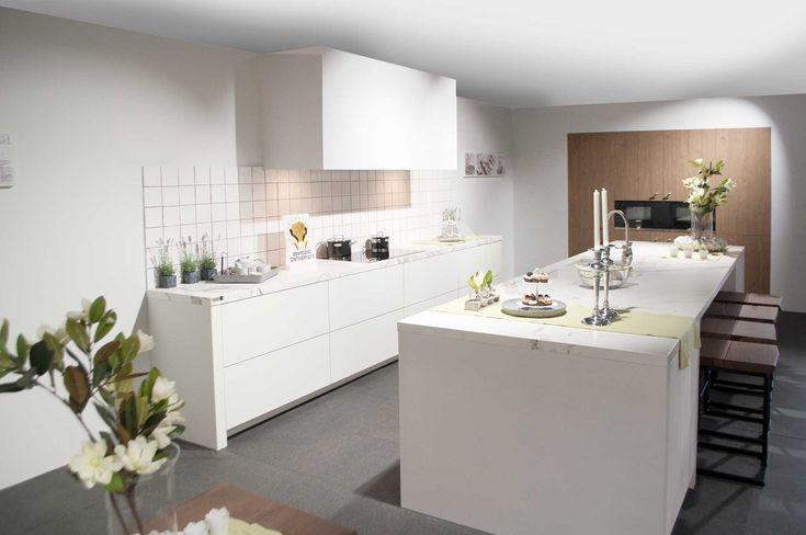 Landelijke, witte keuken met marmeren werkblad. Deze keuken bezit ...