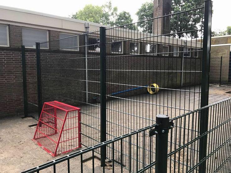 Met bestaand hekwerk een pannaveldje gecreëerd. Aan 2 kanten een inloopsluis met afschermhek en fris gecoate voetbaldoeltjes. Locatie: Zuidlaren