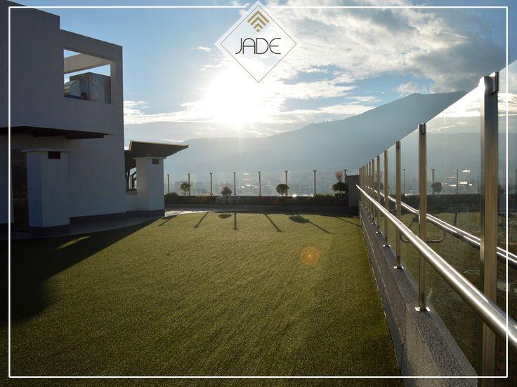 #departamentosenquito DEPARTAMENTOS EN QUITO. Nuestro edificio JADE Quito cuenta con una hermosa terraza verde, donde podrá realizar diferentes actividades recreativas con su familia o amigos. En ella tambien disfrutará de un área para BBQ, canchas de minigolf, hogueras eléctricas y cómodos sillones para poder pasar largos ratos de esparcimiento. Para conocer más información sobre nuestro edificio JADE Quito, le invitamos a visitar nuestra página web.