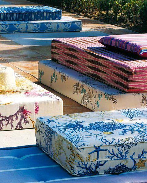 Grandes flores y corales son motivos perfectos para las telas de exterior este verano. En tumbonas y sofás, perfectos para piscinas y porches costeros, urbanos...