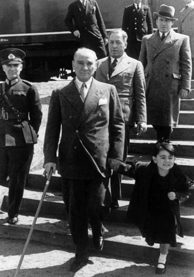 MUSTAFA KEMAL ATATÜRK 'ÜN ÇOK ÖZEL FOTOĞRAFLARI | Eskimeyen Kitaplar - Mustafa Kemal Atatürk ve manevi kızı Ülkü