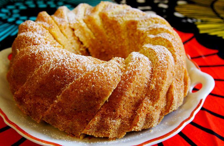 Voitele ja jauhota rengasvuoka. Vaahdota rasva ja sokeri. Lisää munat yksitellen vaahtoon voimakkaasti vatkaten. Lisää joukkoon appelsiinihillo. Yhdistä leivinjauhe ja vehnäjauhot ja sekoita vaahtoon…