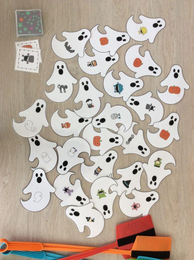 Spookjesspel; 1 kleuter draait een kaartje om met daarop een afbeelding. Ze zoeken de afbeelding op een sprookje en slaan op het sprookje met de vliegenmepper. Het sprookje blijf kleven door de veilcro. Wie het eerst het sprookje gevangen heeft, krijgt het kaartje. Wie op het laatst het meeste kaartjes verzameld heeft, wint. *liestr*