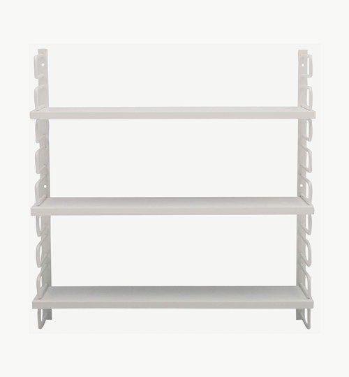 Ester vägghylla är tillverkad i en stålram som man enkelt sätter upp på väggen genom att skruva upp den. Hyllorna man ställer prylar på är gjorda i MDF. Det går själv att justera hur stora plats man vill ha i höjdled beroende på hur man placerar skivorna.  Ester vägghylla må vara enkel men otroligt fin! #azdesign #ester #vit